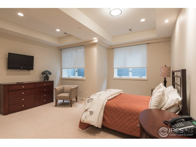 4th oversized bdrm w/high ceilings & en-suite bath