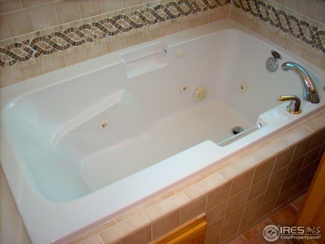 Lasco luxury whirlpool jetted bathtub