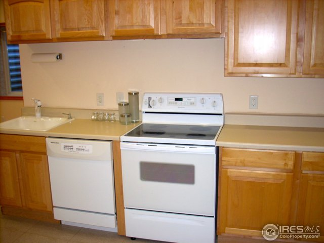 Finished basement with full kitchen & appliances