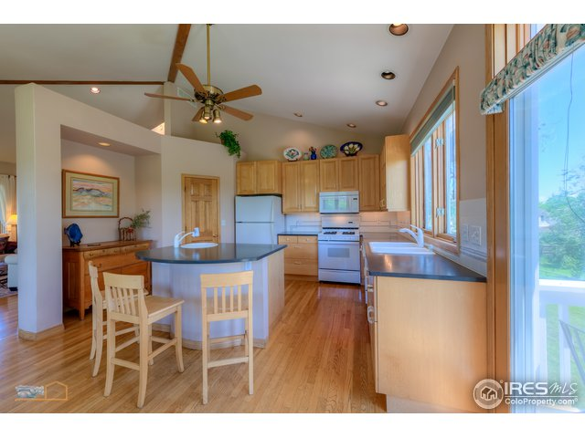 Spacious kitchen, quartz countertops