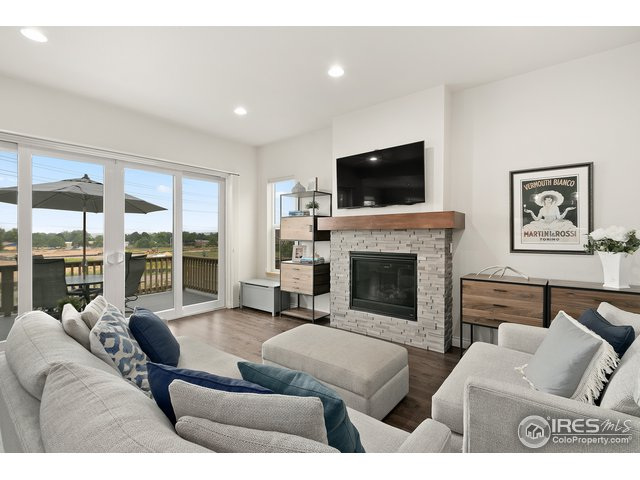 Cozy family room w/ gas fireplace