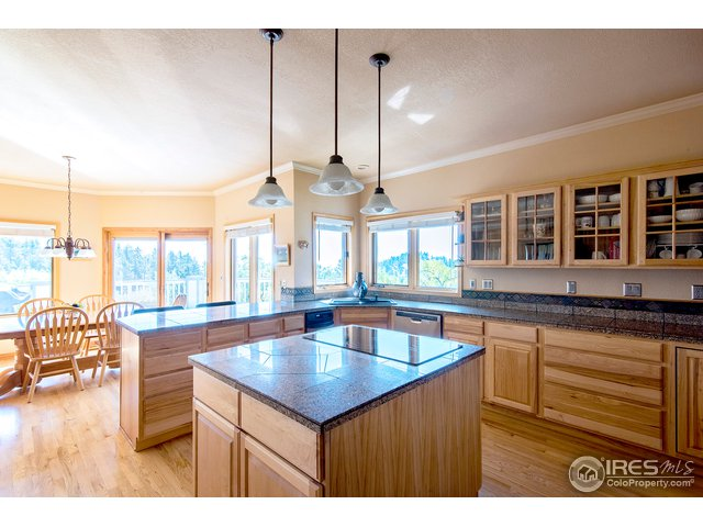 large kitchen with eat in breakfast room