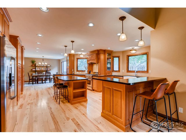 Spacious kitchen, pull out spice racks and drawers