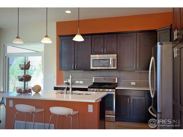 Modern Kitchen w/Island Breakfast Bar