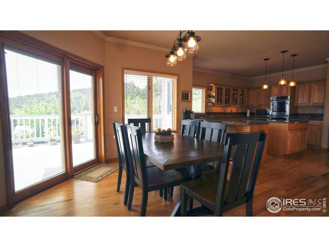 Eat in Kitchen area w/sliding glass doors to deck!