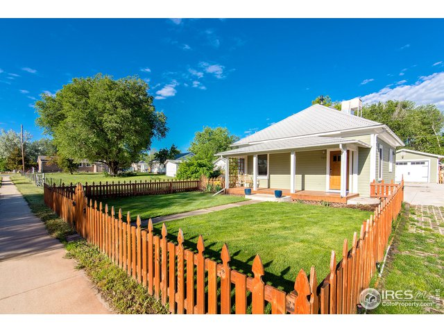 Enclosed front yard w/picket fence