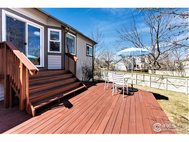 Large deck with gas hookup for grill and/or hottub