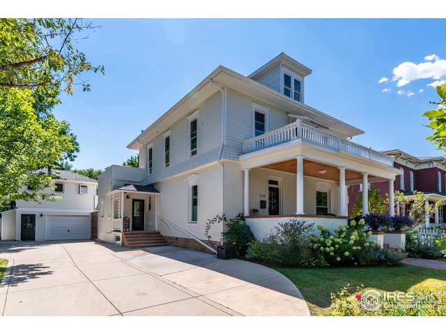 Huge driveway with ample parking